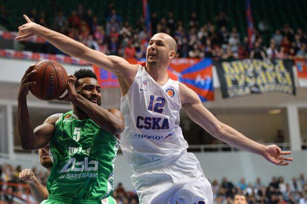 Защитник БК УНИКС Кит Лэнгфорд (слева) и центровой ПБК ЦСКА Павел Коробков