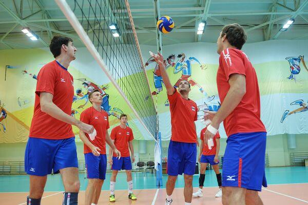 Игроки мужской сборной России по волейболу Артем Вольвич, Дмитрий Ковалев, Дмитрий Волков (слева направо) и Андрей Ащев (справа)