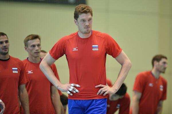 Блокирующий мужской сборной команды России по волейболу Дмитрий Мусэрский (в центре)