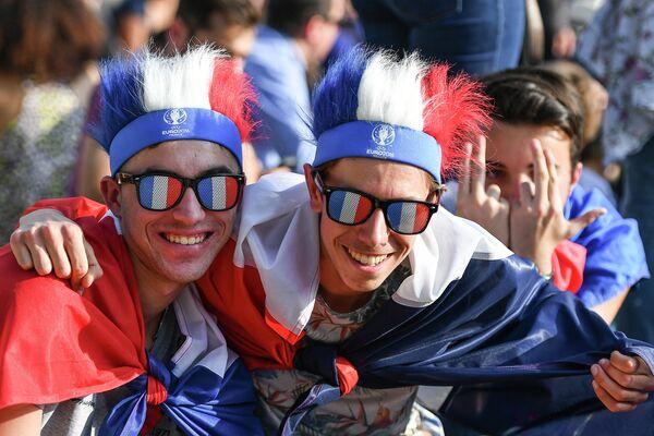 Болельщики в фан-зоне чемпионата Европы по футболу перед Эйфелевой башней в Париже