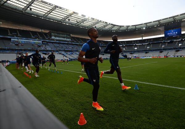 Футболисты сборной Франции Патрис Эвра (на первом плане) и Блез Матюиди