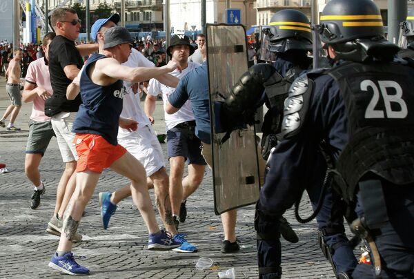 Болельщики во время столкновений с сотрудниками французской полиции в Старом порту Марселя