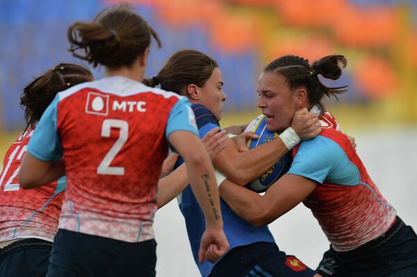 Игрок сборной России Екатерина Казакова и игрок сборной Франции Маржори Маянс (справа налево)