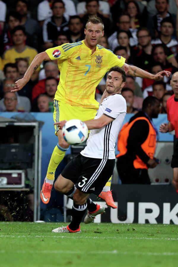 Полузащитник сборной Украины Андрей Ярмоленко (слева) и защитник сборной Германии Йонас Хектор