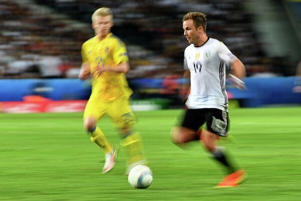 Полузащитник сборной Германии Марио Гётце (справа) и полузащитник сборной Украины Александр Зинченко