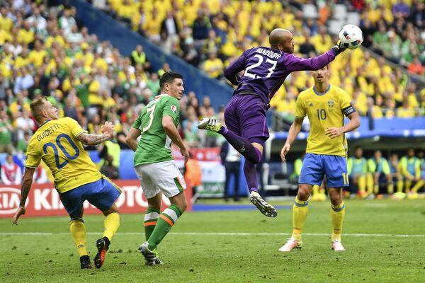Форвард сборной Швеции Ион Гвидетти, защитник сборной Ирландии Киран Кларк, вратарь сборной Ирландии Даррен Рэндолф и форвард сборной Швеции Златан Ибрагимович (слева направо)