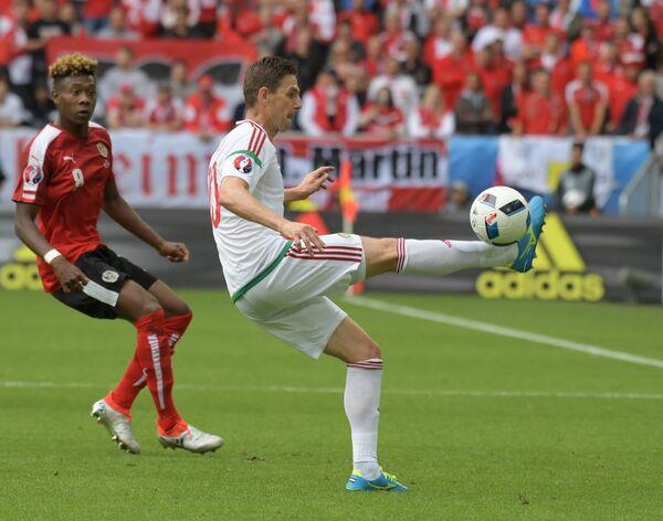 Защитник сборной Австрии Давид Алаба (слева) и полузащитник сборной Венгрии Золтан Гера