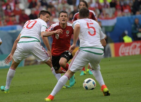 Защитник сборной Венгрии Рихард Гузмич, полузащитник сборной Австрии Златко Юнузович и защитник сборной Венгрии Аттила Фиола (слева направо)