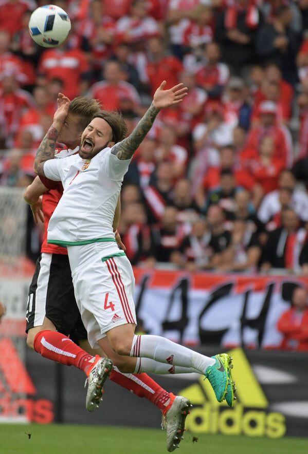 Нападающий сборной Австрии Марк Янко (слева) и защитник сборной Венгрии Тамаш Кадар