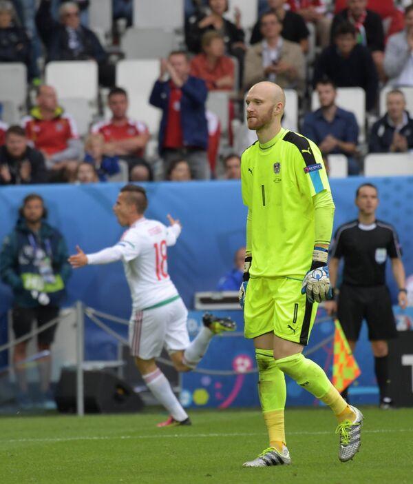 Вратарь сборной Австрии Роберт Альмер (справа)