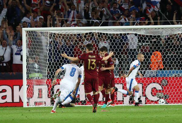 Момент с забитым мячом в ворота сборной России