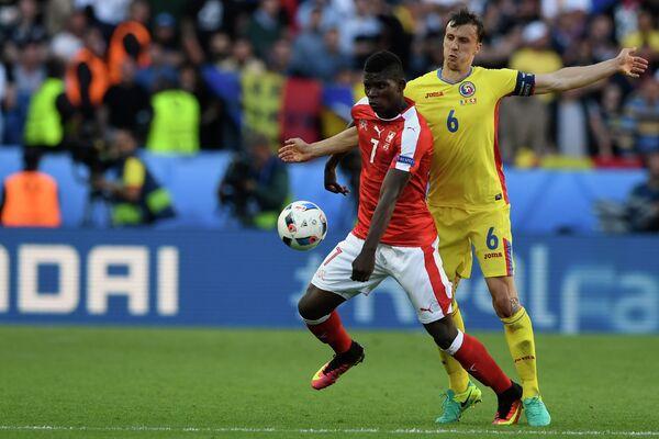 Форвард сборной Швейцарии Бриль Эмболо (слева) и защитник сборной Румынии Влад Кирикеш
