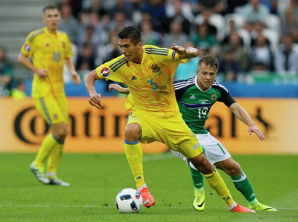 Защитник сборной Украины Евгений Хачериди (слева) и полузащитник сборной Северной Ирландии Джейми Уорд