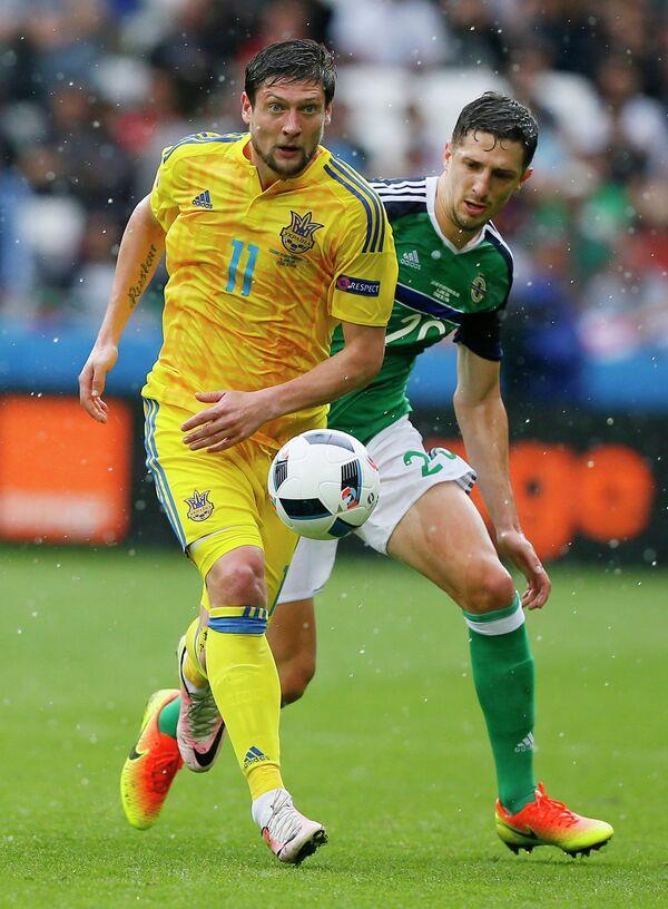 Нападающий сборной Украины Евгений Селезнёв (слева) и защитник сборной Северной Ирландии Крэйг Кэткарт