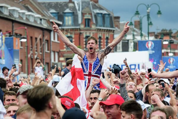 Фанаты сборной Англии по футболу в Лансе