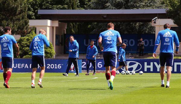 Тренеры сборной России Леонид Слуцкий (слева на дальнем плане) и Сергей Семак