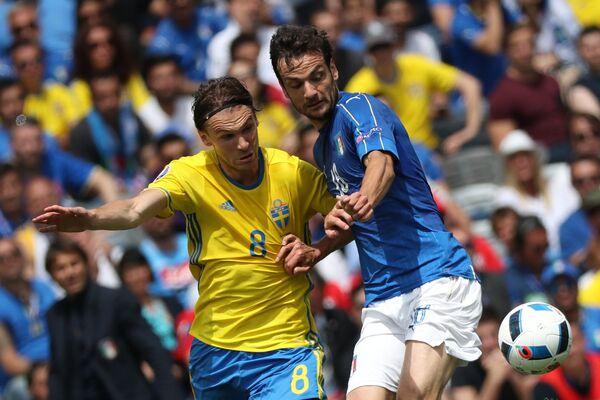 Полузащитники сборной Швеции Альбин Экдаль (слева) и сборной Италии Марко Пароло