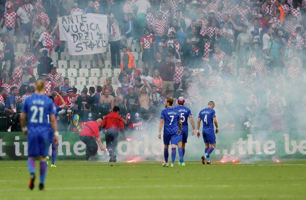 Файеры на поле во время матча Чехия - Хорватия
