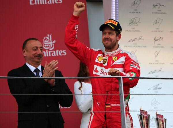 Президент Азербайджана Ильхам Алиев (слева) и гонщик команды Феррари Себастьян Феттель