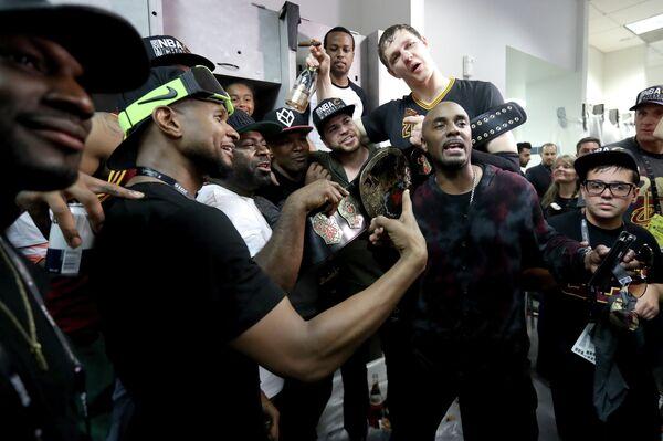 Тимофей Мозгов с партнерами по Кливленду празднует чемпионство в НБА