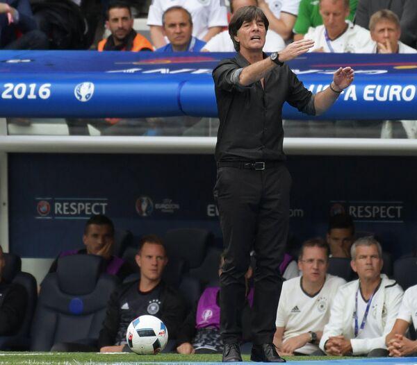 Главный тренер сборной Германии Йоахим Лёв (в центре)