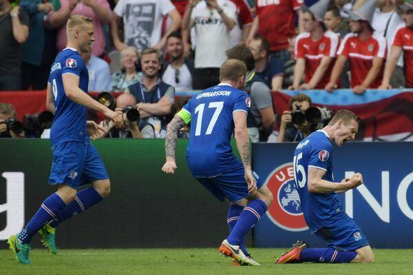 Нападающий сборной Исландии Йон Бедварссон и полузащитник Арон Эйнар Гуннарссон (справа налево)