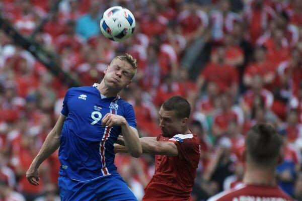 Нападающий сборной Исландии Колбейнн Сигторссон (слева)