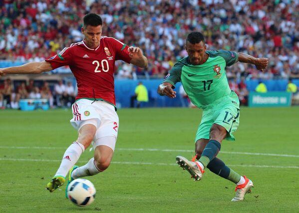 Защитник сборной Венгрии Рихард Гузмич (слева) и полузащитник сборной Португалии Нани
