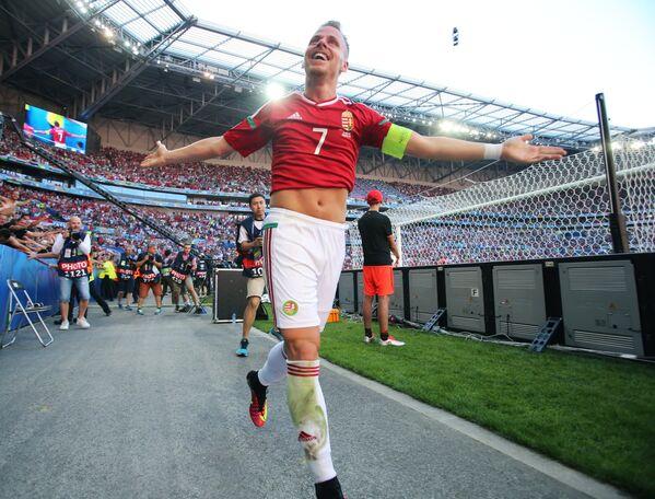 Полузащитник сборной Венгрии Балаж Джуджак радуется забитому голу