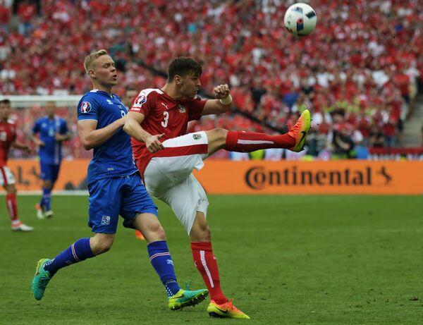 Нападающий сборной Исландии Колбейнн Сигторссон (слева) и защитник сборной Австрии Александар Драгович