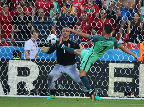 Вратарь сборной Венгрии Габор Кирай и нападающий сборной Португалии Криштиану Роналду (на первом плане)