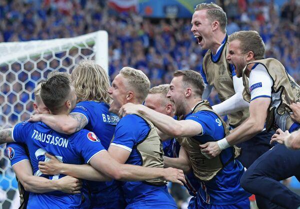 Футболисты сборной Исландии радуются забитому голу
