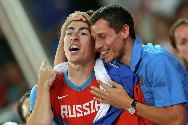 Сергей Шубенков принимает поздравления от главного тренера сборной России Юрия Борзаковского