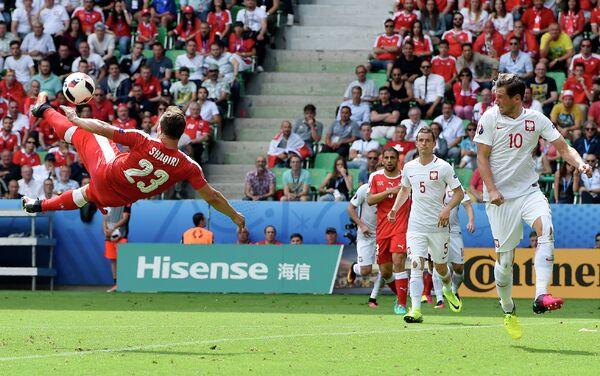 Полузащитник сборной Швейцарии по футболу Джердан Шакири (слева)