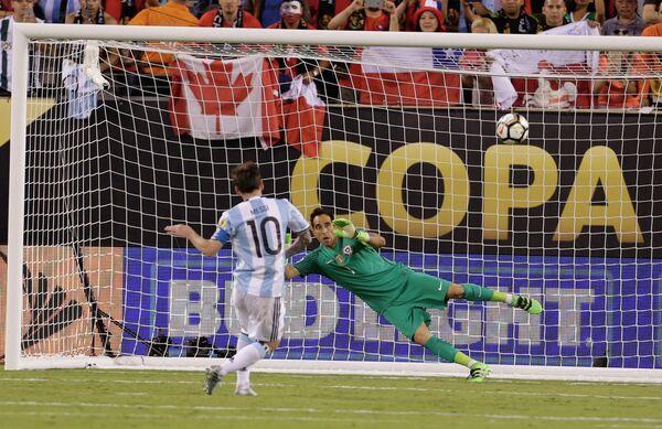 Нападающий сборной Аргентины Лионель Месси (слева) и вратарь сборной Чили Клаудио Браво