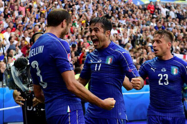 Футболисты сборной Италии Джорджо Кьеллини, Эдер и Эмануэле Джаккерини (слева направо) радуются забитому мячу