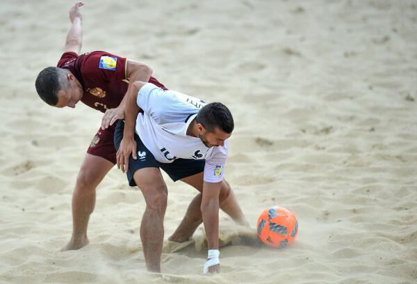 Защитник сборной России Юрий Горчинский (слева) и защитник сборной Франции Антони Барботти
