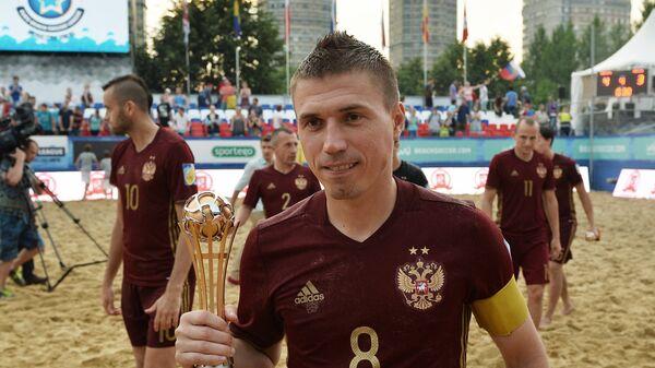 Защитник сборной России по пляжному футболу Илья Леонов (в центре)