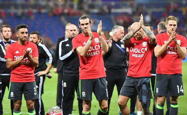 Футболисты сборной Уэльса после окончания матча