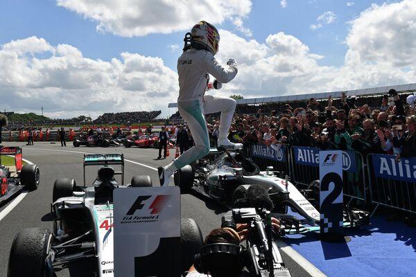 Пилот Мерседеса Льюис Хэмилтон после победы на Гран-при Великобритании