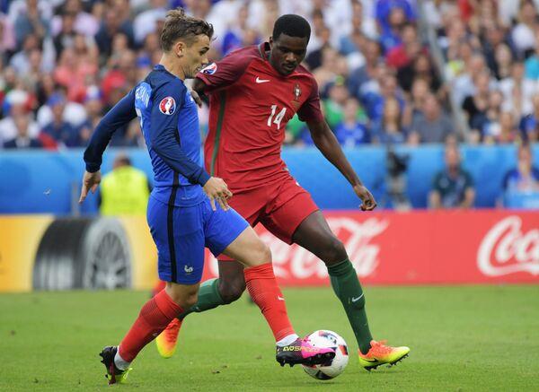 Нападающий сборной Франции Антуан Гризманн (слева) и полузащитник сборной Португалии Виллиам Карвалью