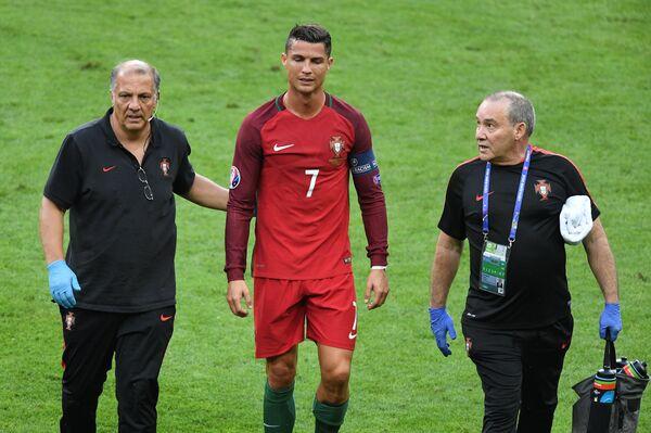 Нападающий сборной Португалии Криштиану Роналду (в центре)