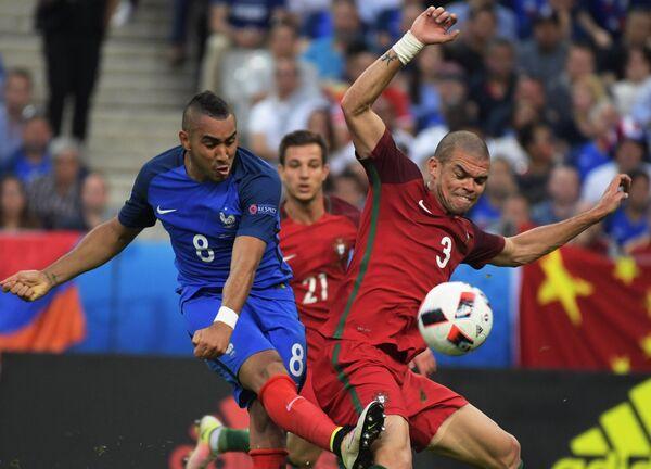 Полузащитник сборной Франции Димитри Пайе (слева) и защитник сборной Португалии Пепе