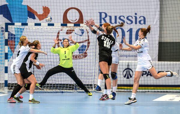 Вратарь сборной России Анастасия Рябцева (в центре)
