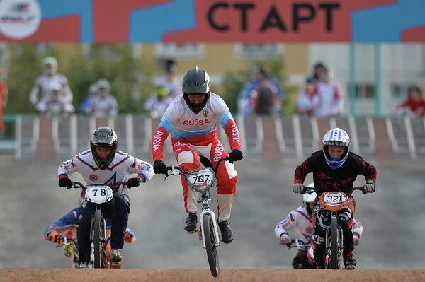 Евгений Комаров (в центре) на чемпионате России по велоспорту BMX в Москв
